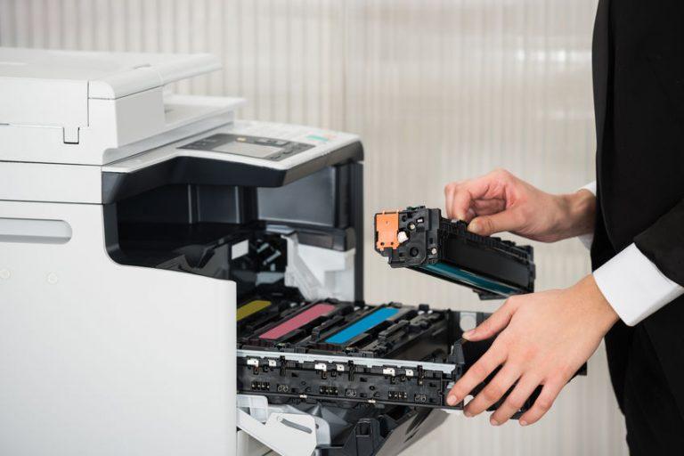 Hombre colocando cartuchos en impresora