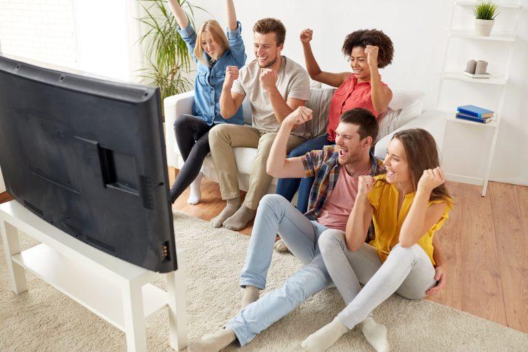 Grupo de amigos viendo televisión