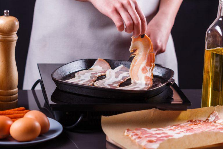 Mujer cocinando con plancha de asar