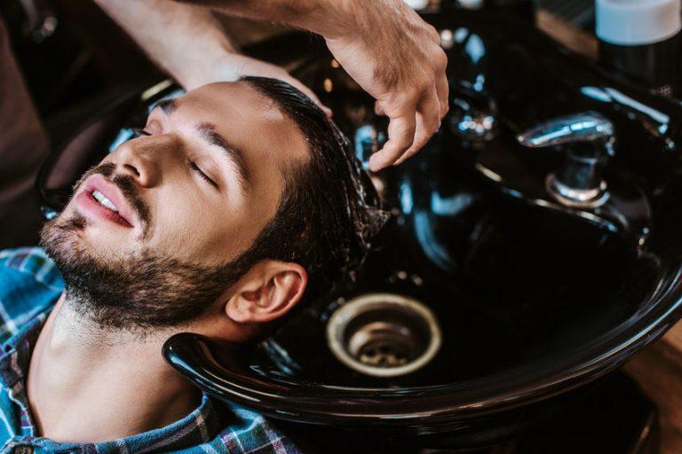 Hombre relajado en barberia