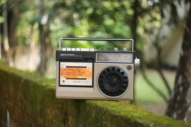 Radio sobre ladrillos