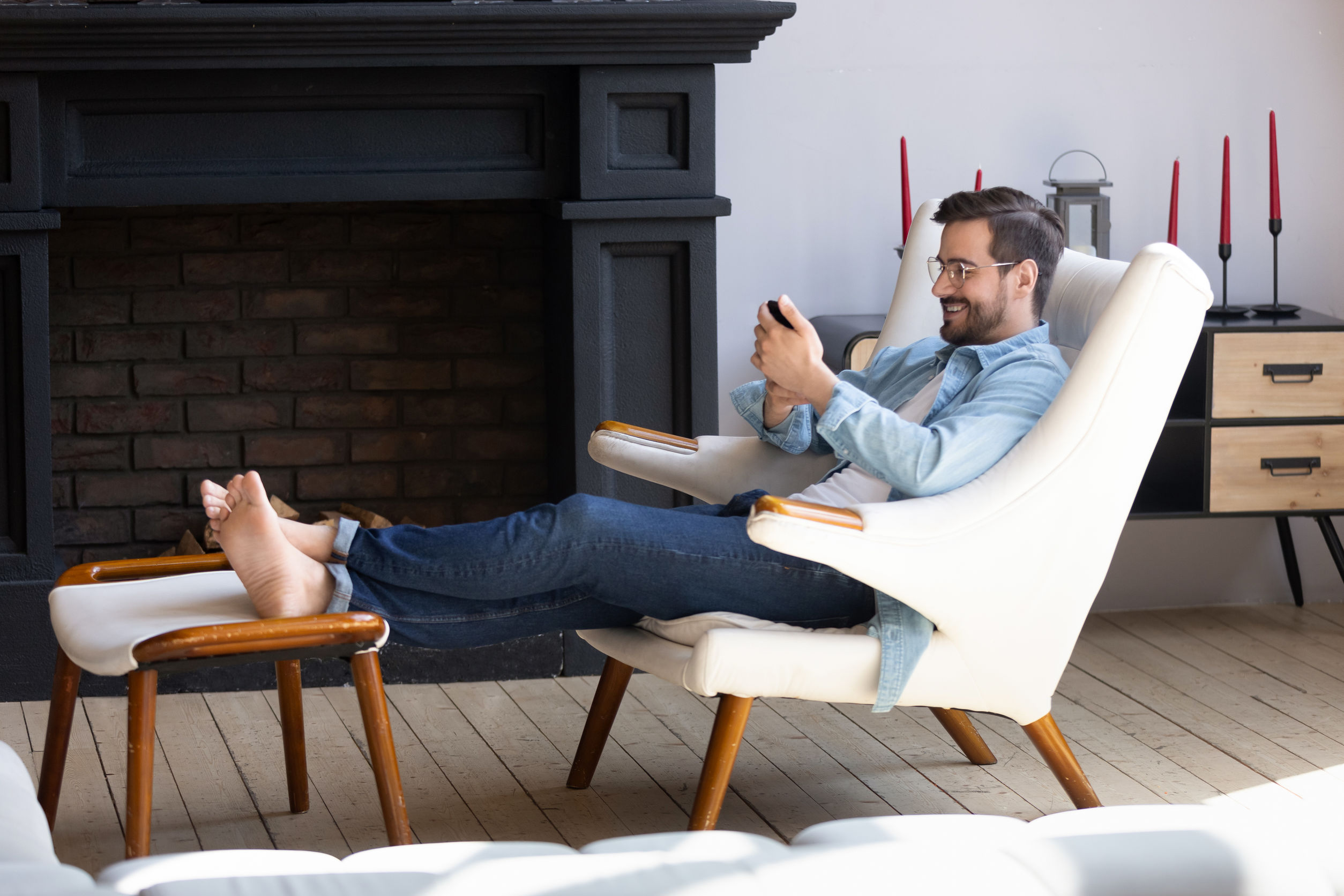 Hombre viendo su telefono