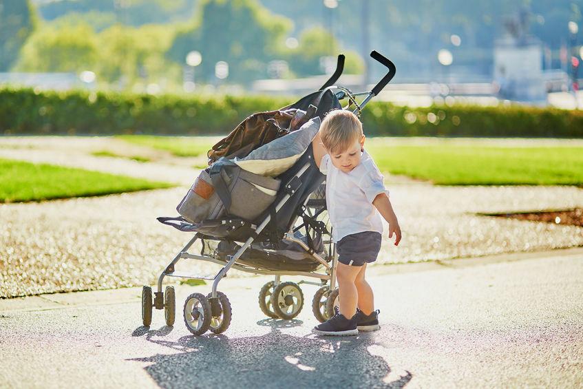 Bebé afuera de su silla de paseo