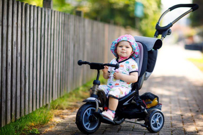 bebé en su triciclo