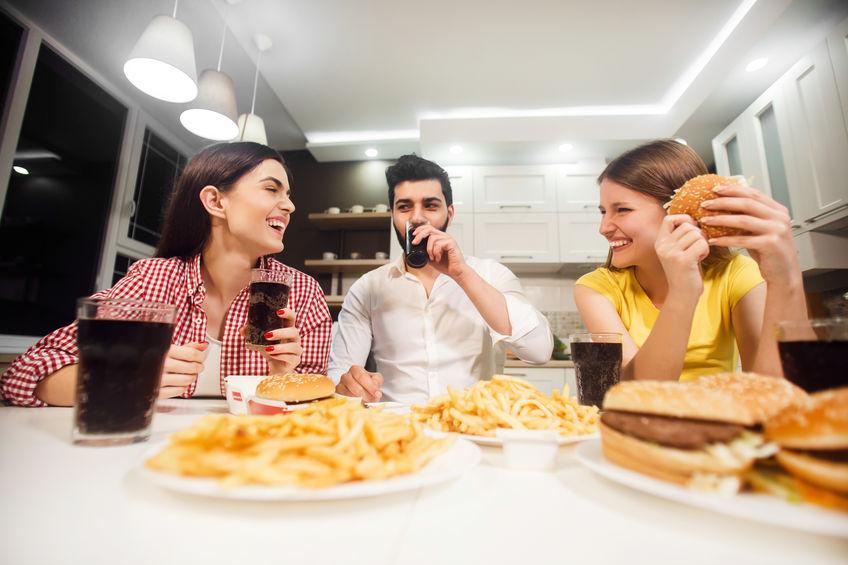 Amigos comiendo patatas fritas