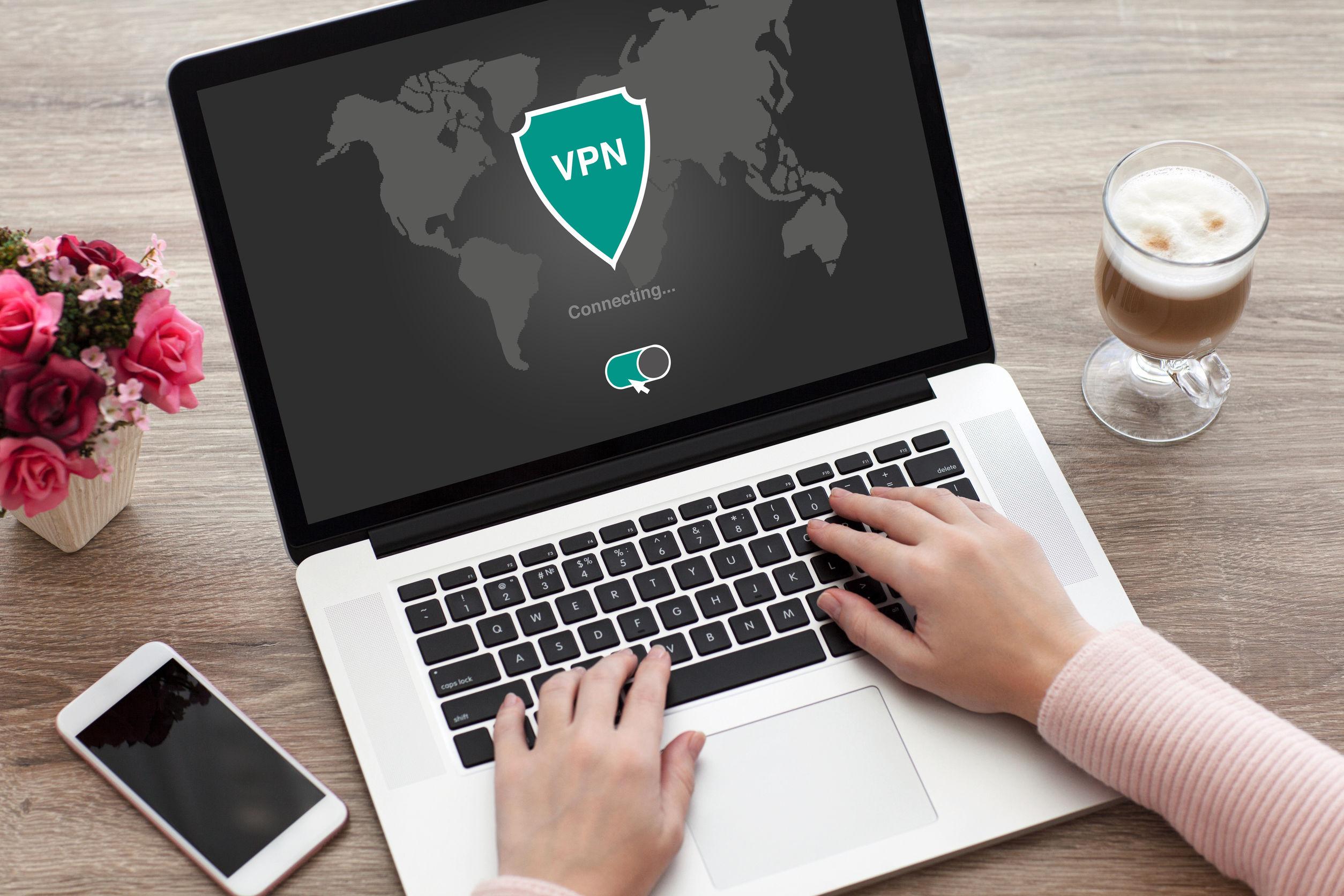 Persona usando VPN