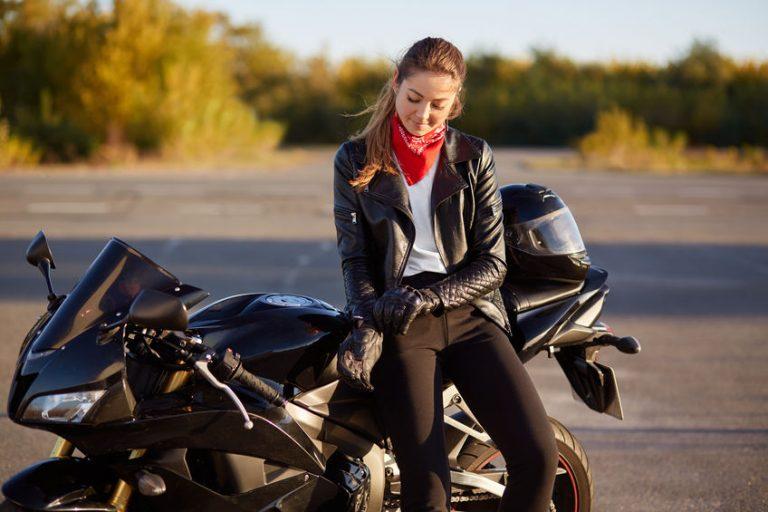 chica y su moto