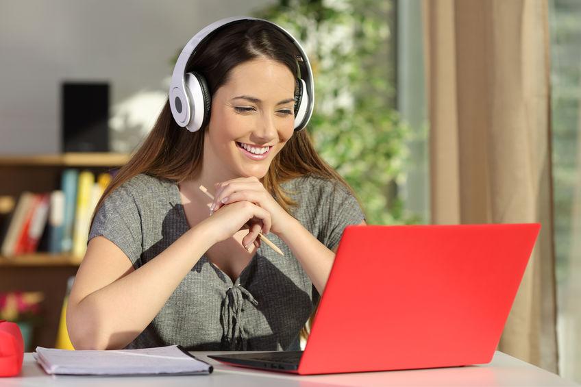 Mujer en su laptop roja