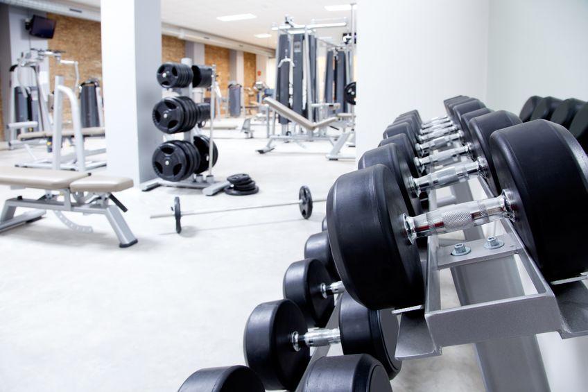gimnasio lleno de pesas