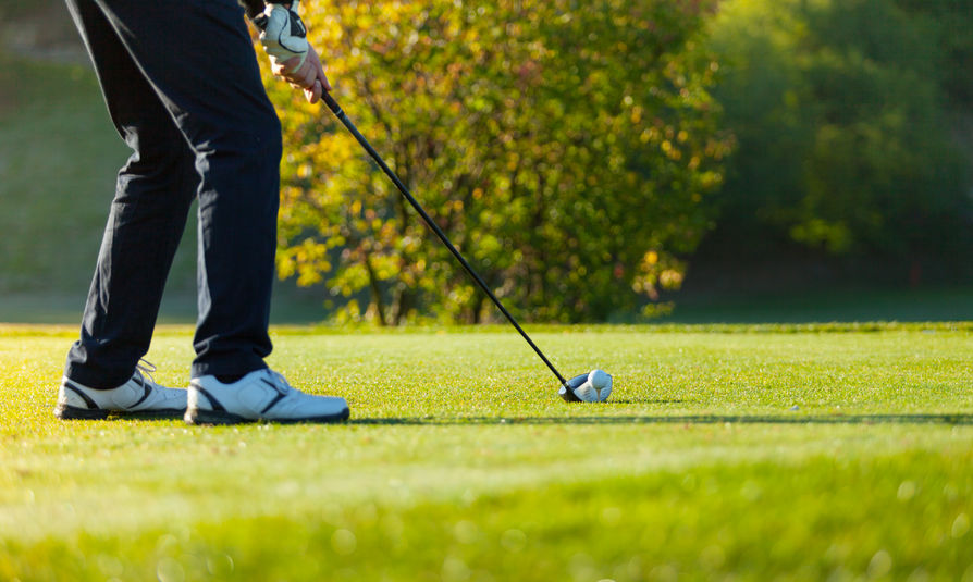 Imagen de una persona jugando golf