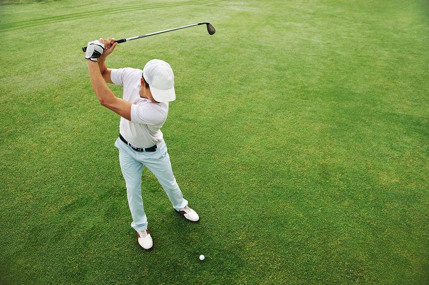 Golfista apunto de golpear la pelota