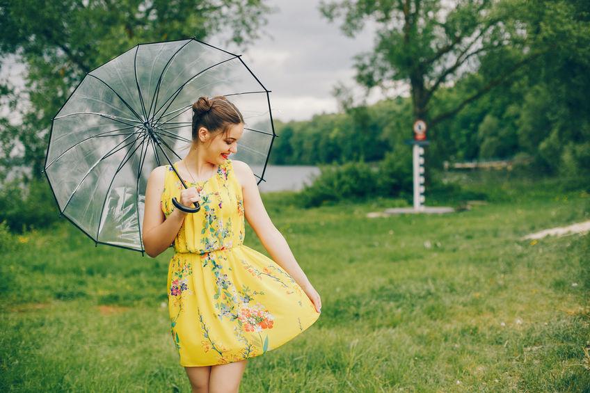 Chica en vestido amarillo