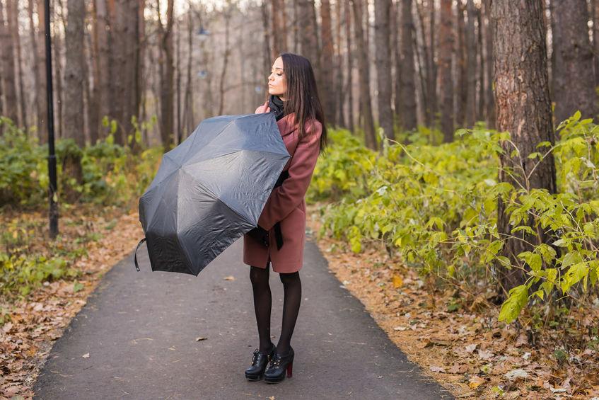 Mujer con paraguas negro