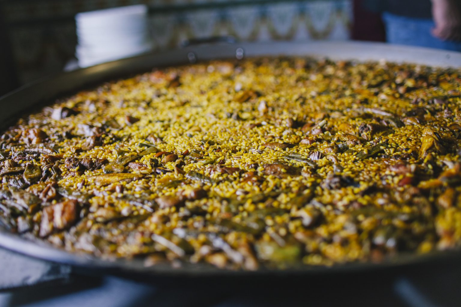 paella valenciana en mesa