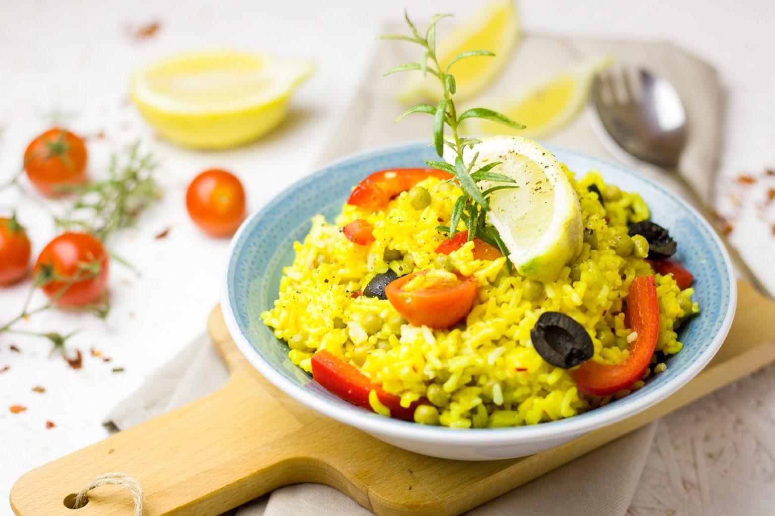 paella servida en plato con limón
