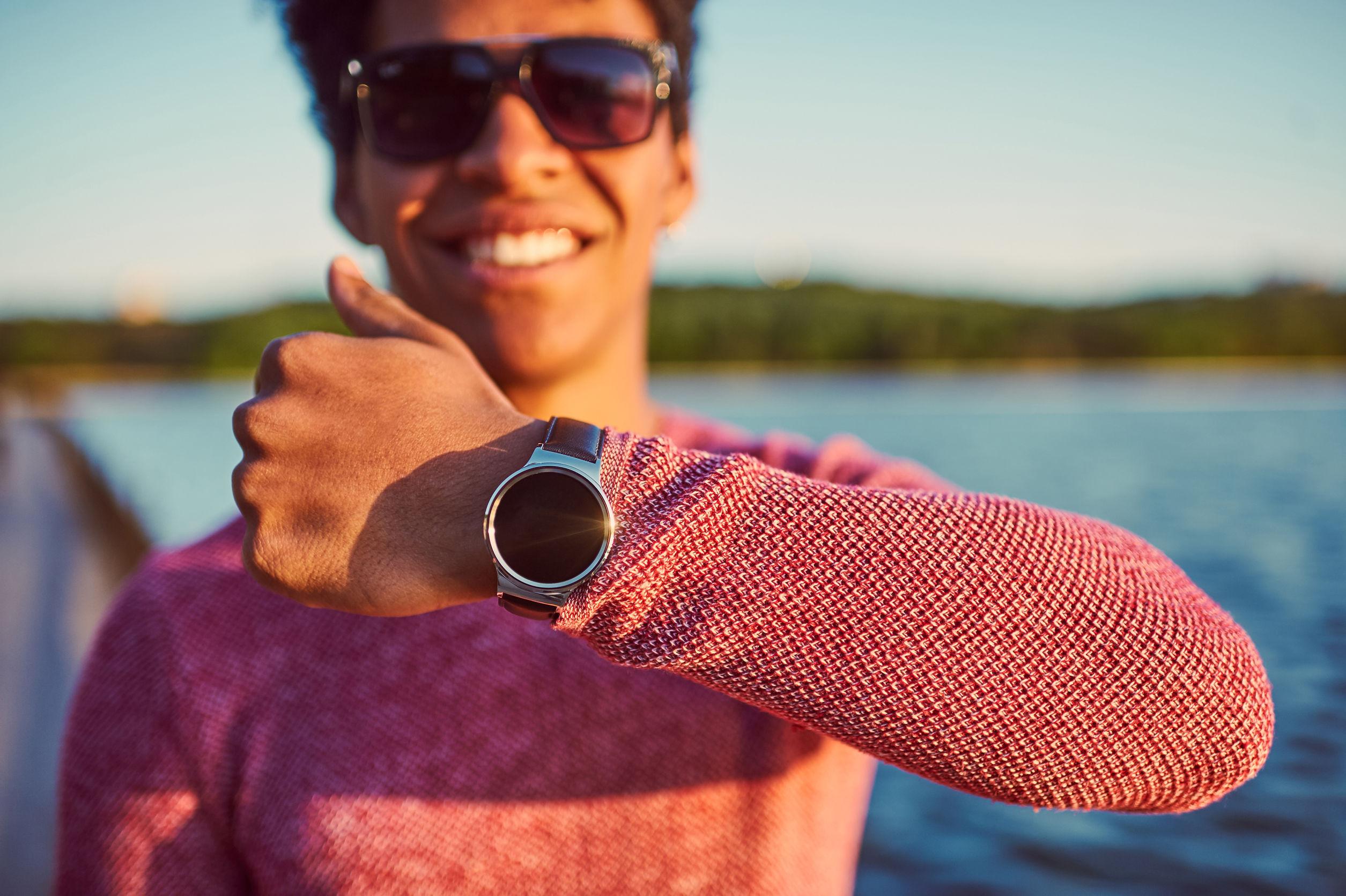 chico feliz con reloj xiaomi