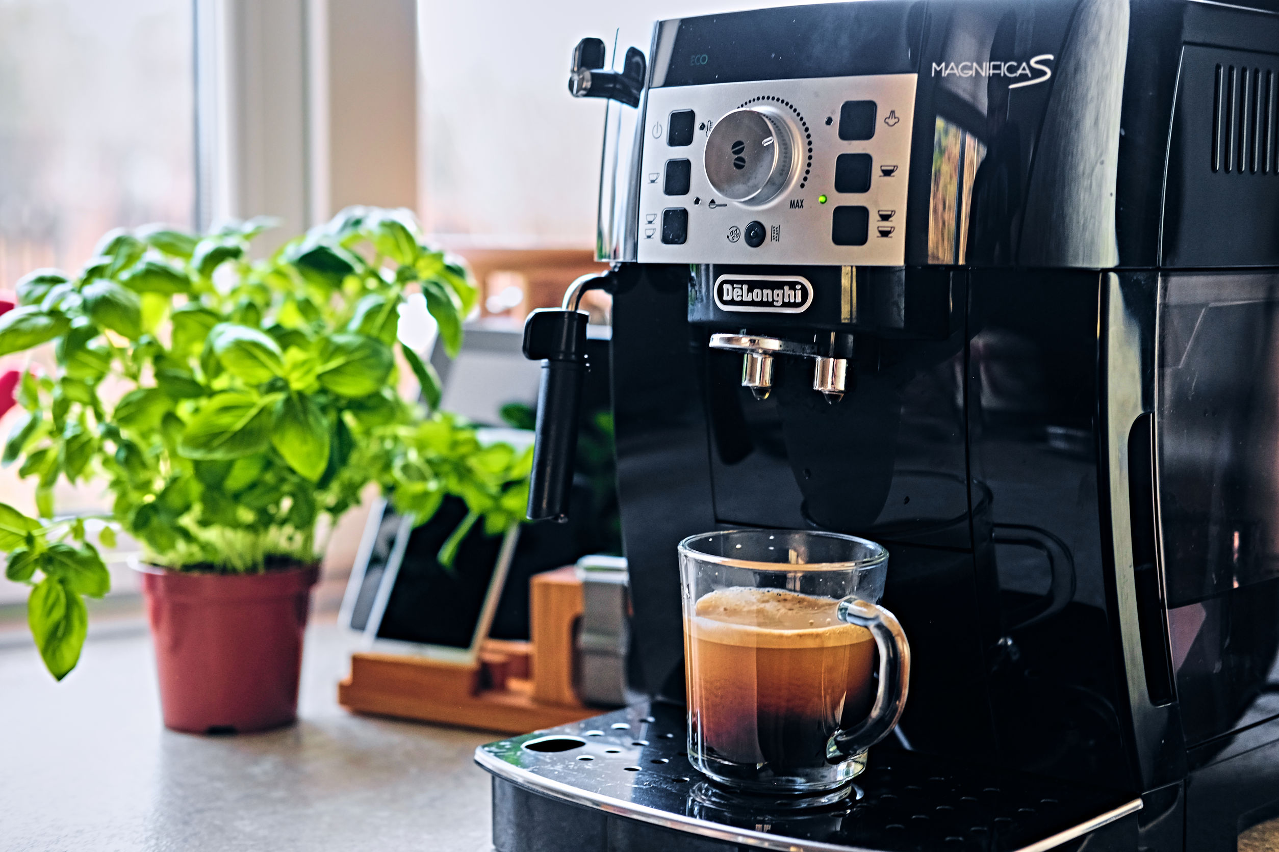 preparando café en cafetera delonghi
