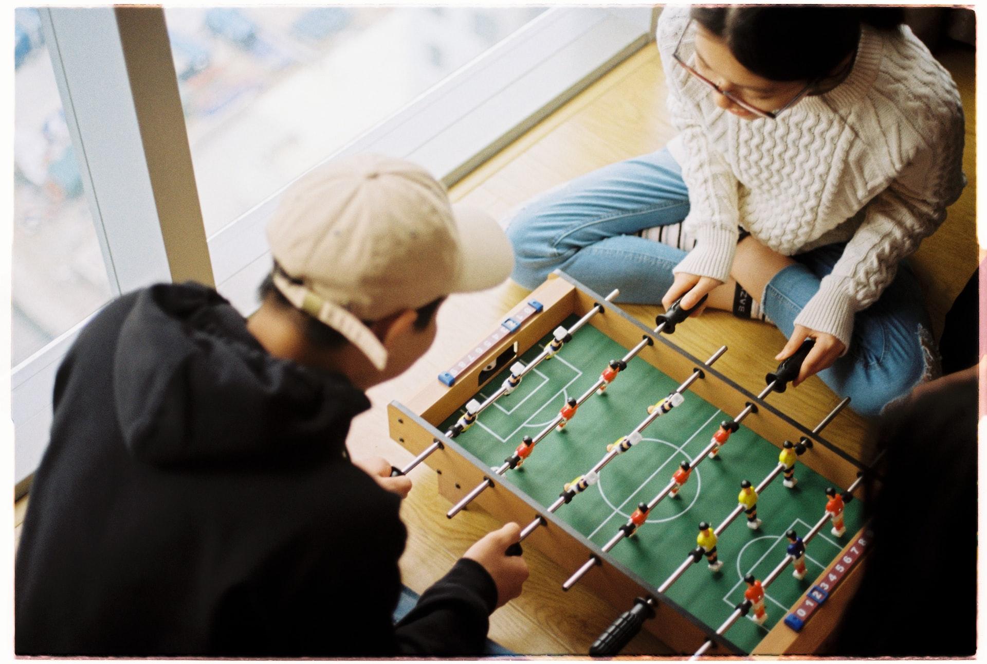pareja jugando futbolito