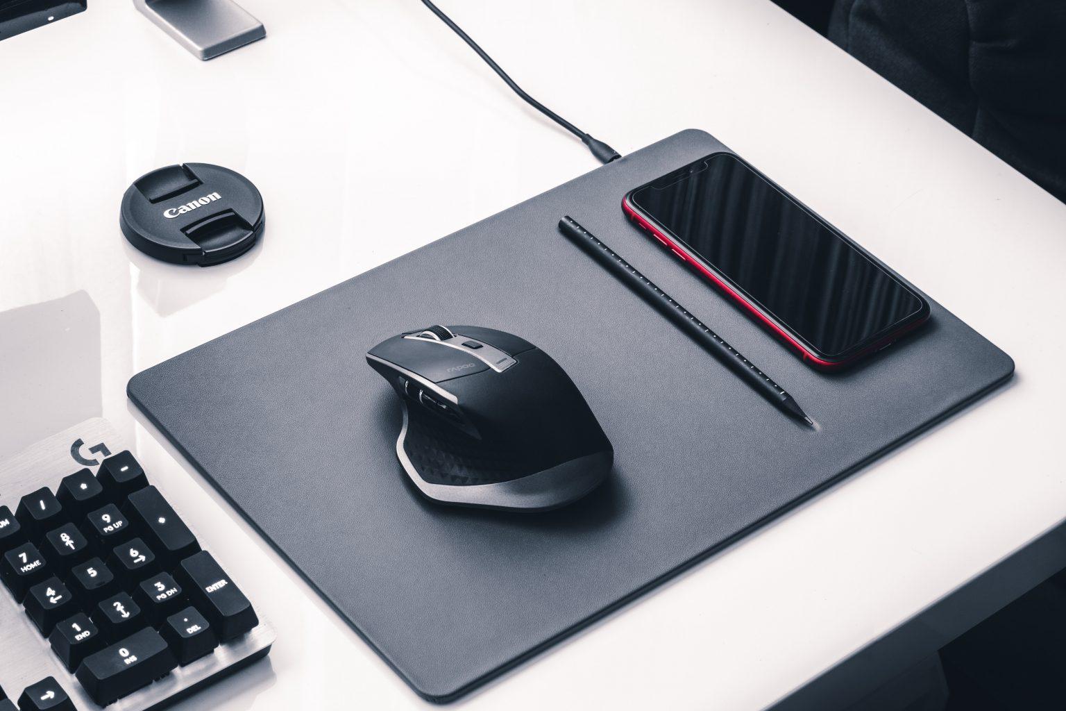 alfombrilla con carga para celular y mouse