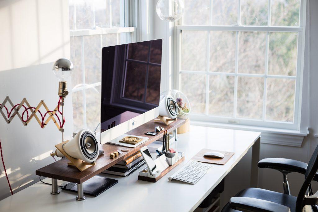 escritorio moderno con accesorios