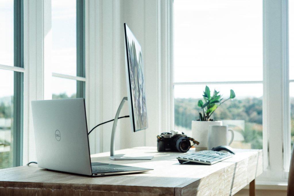 escritorio con pantalla plana