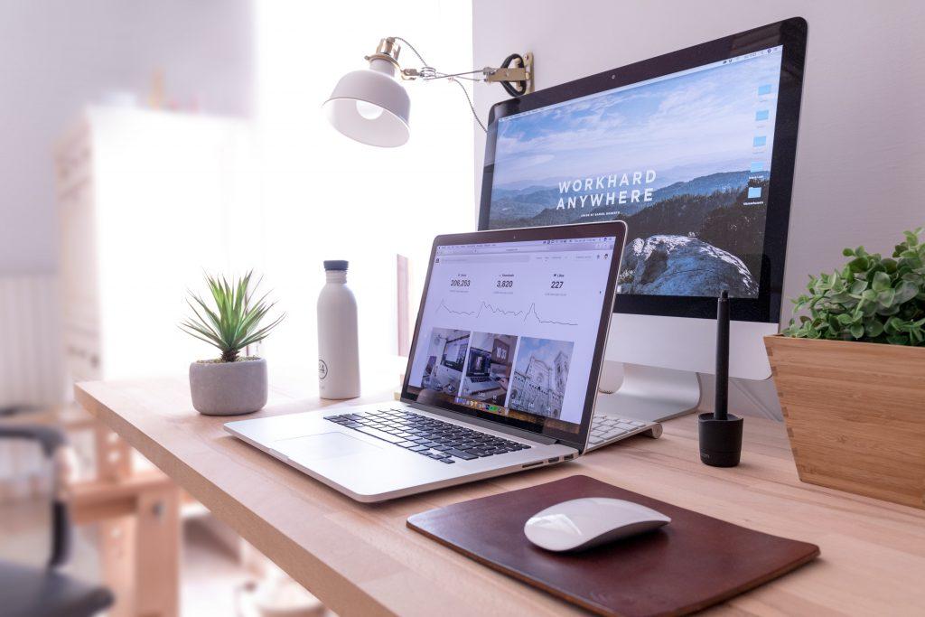escritorio moderno con pantallas