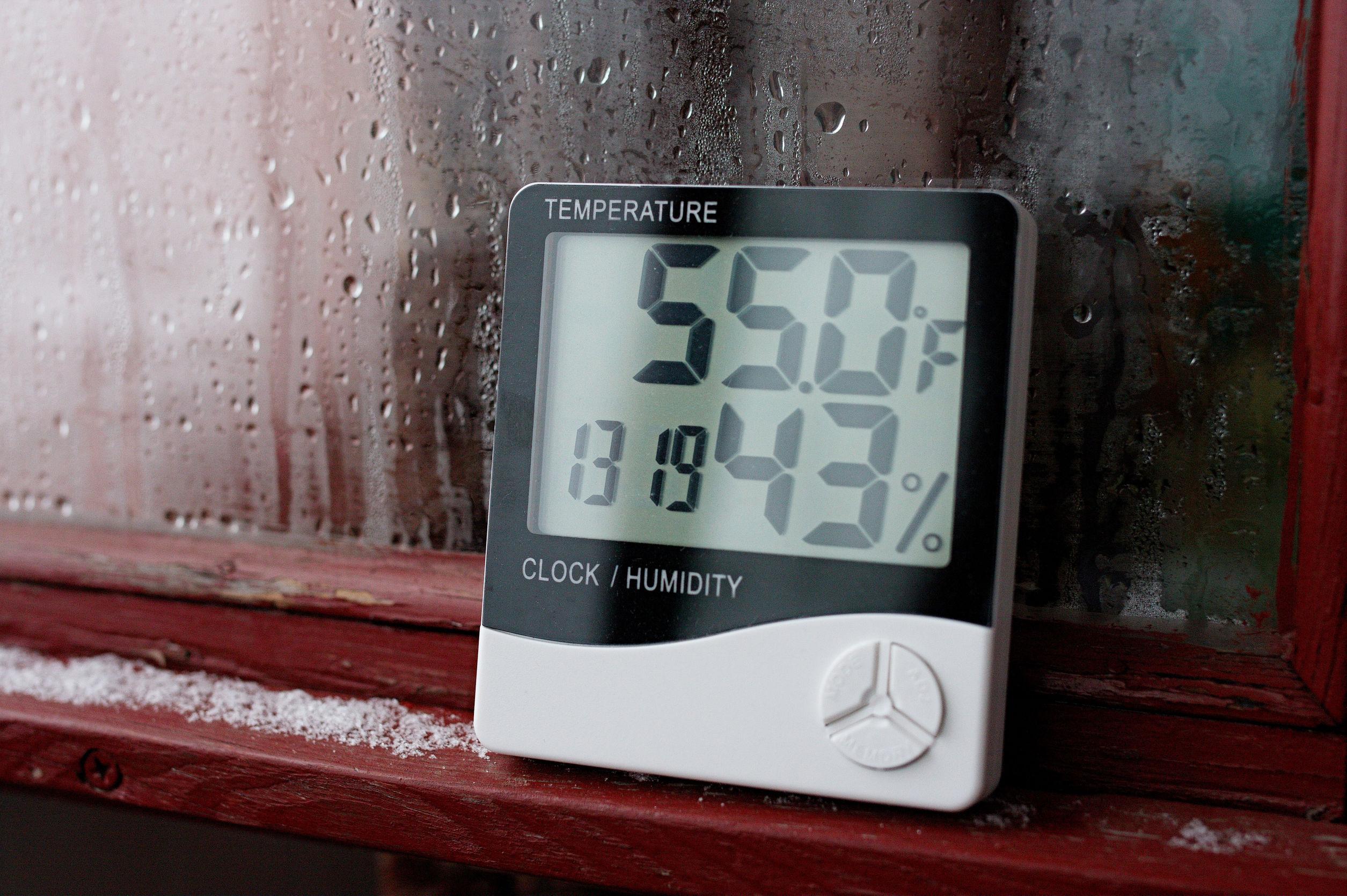 Termómetro e higrómetro de electrónica para control de temperatura y humedad. El indicador de humedad se indica en el higrómetro del dispositivo