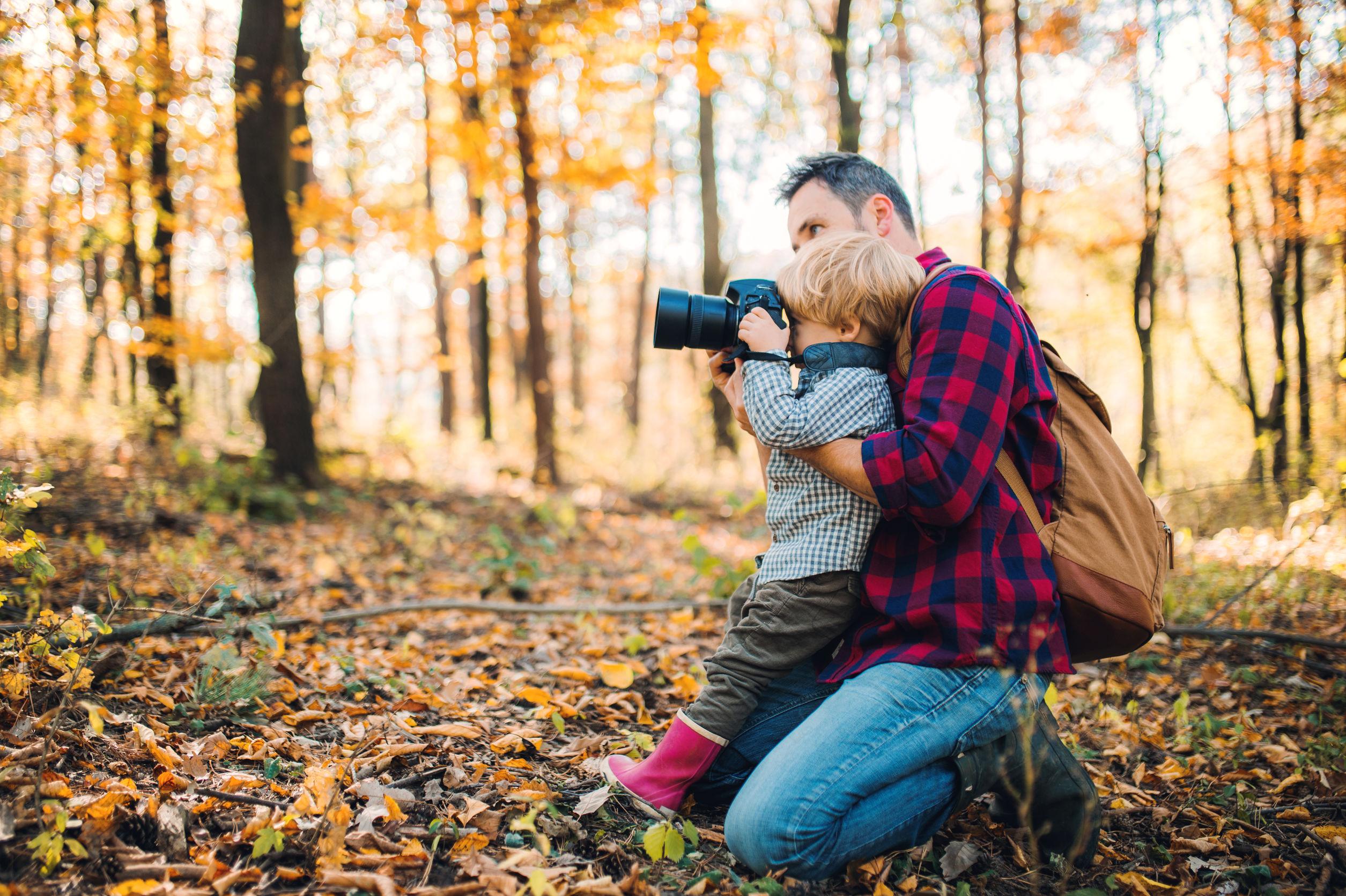 tėvas ir sūnus miške