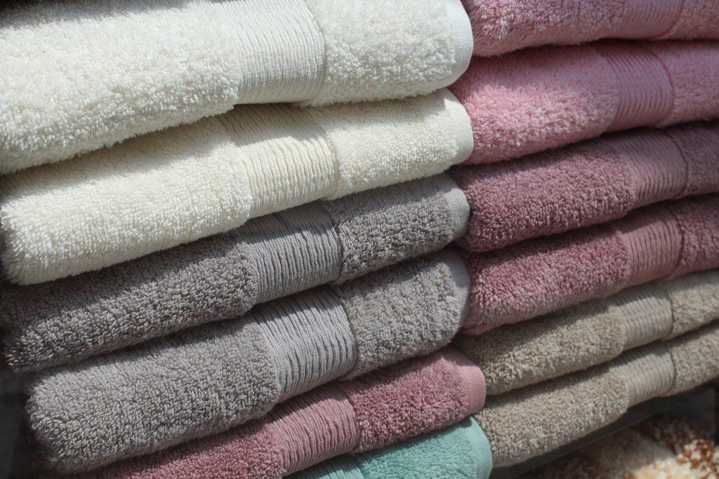 toallas apiladas unas sobre otras
