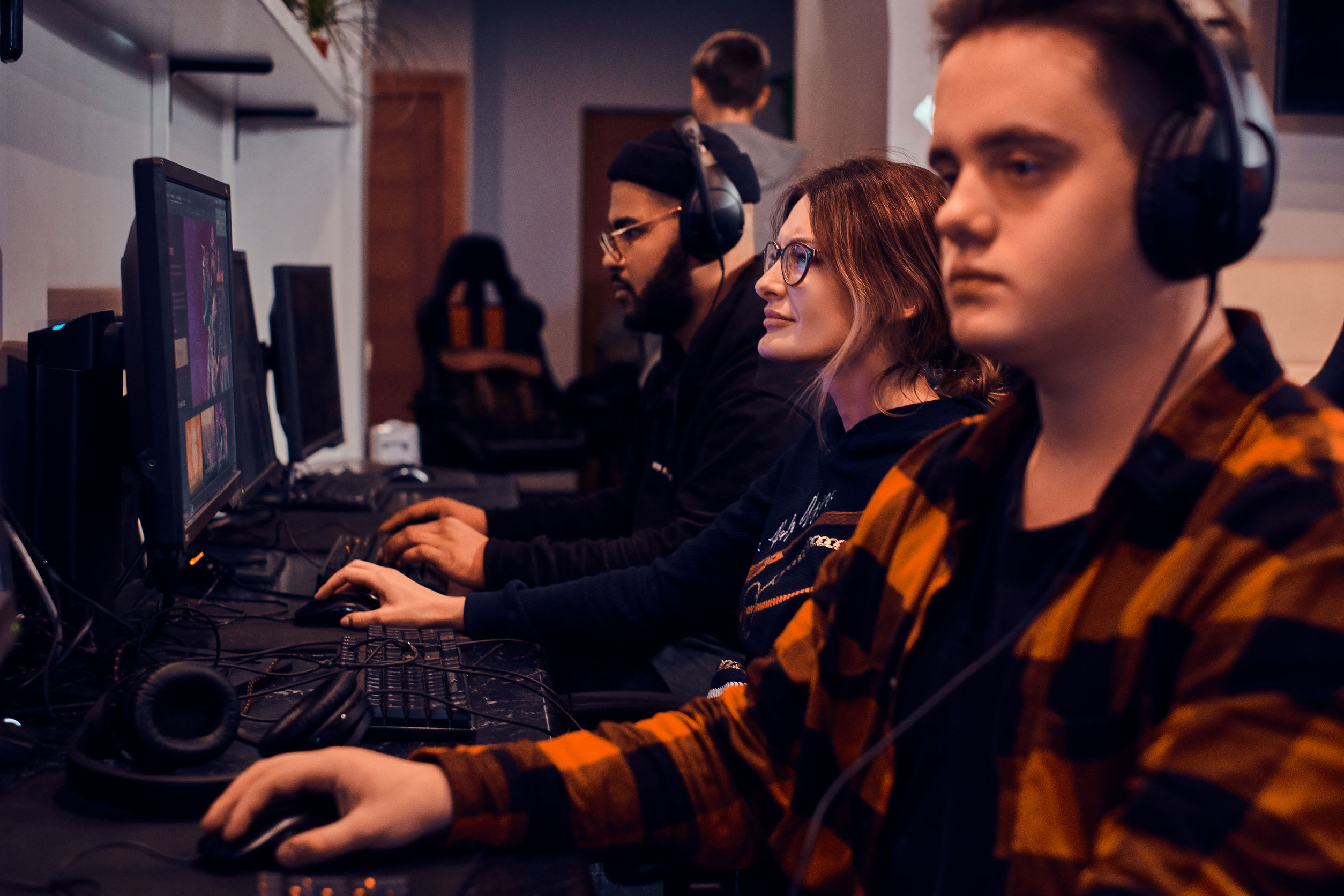 Los niños y niñas adultos cansados están jugando videojuegos en el popular campeonato cibernético.