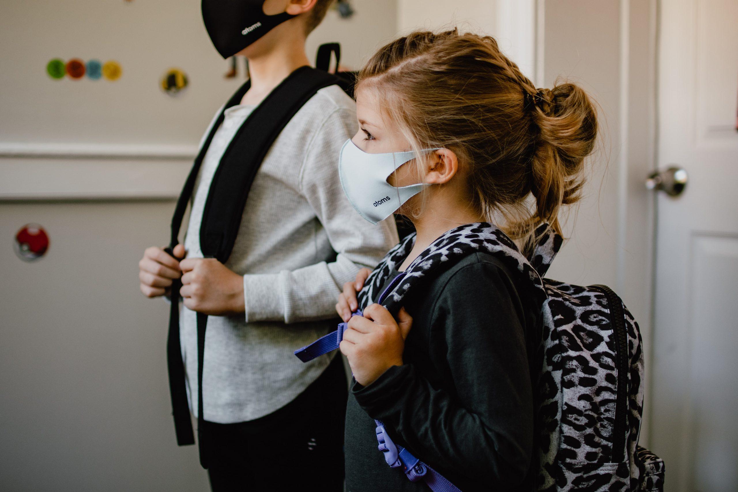 niños usando mascarilla para ir a la escuela