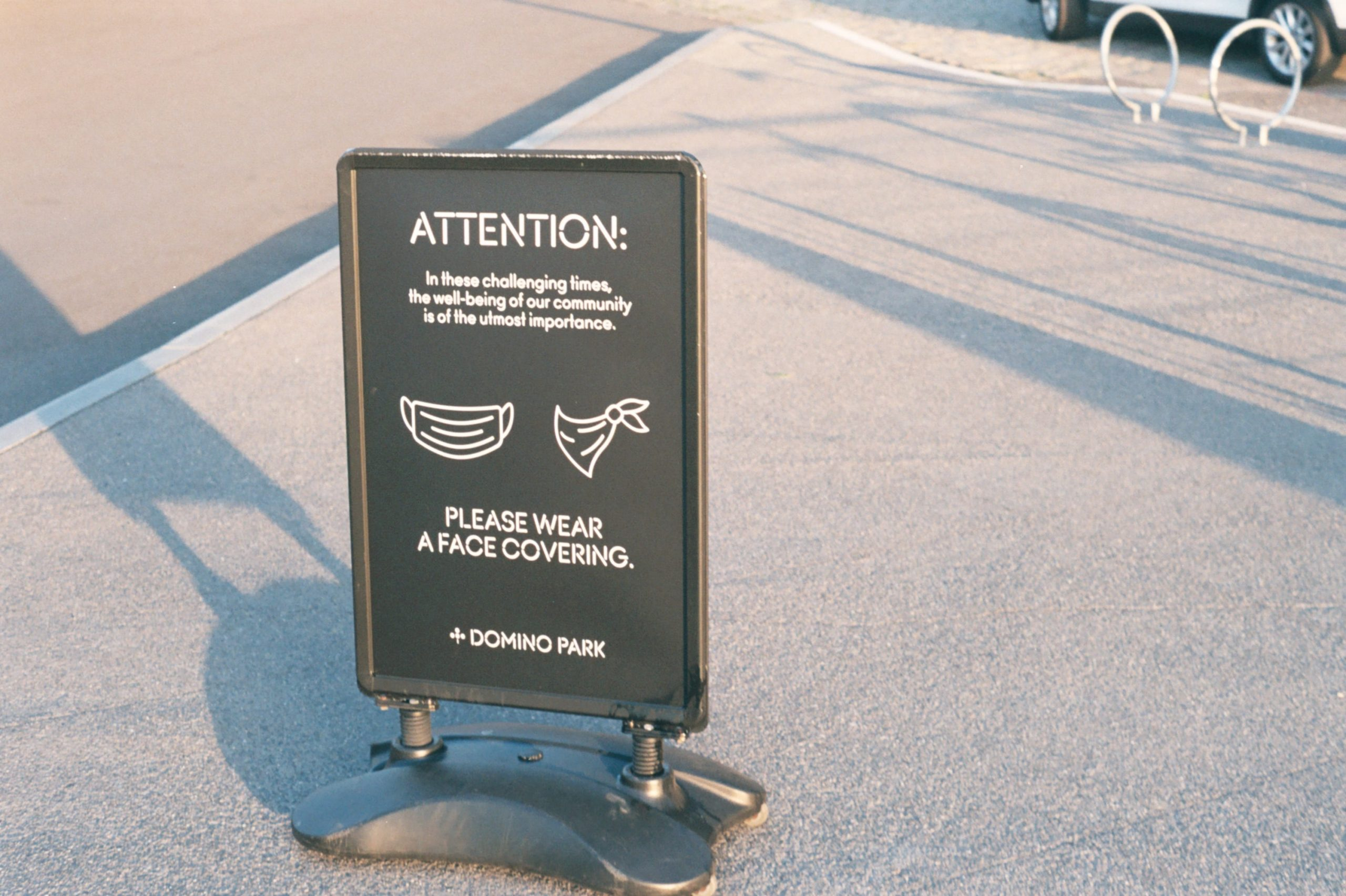 Letrero advirtiendo el uso obligatorio de mascarilla
