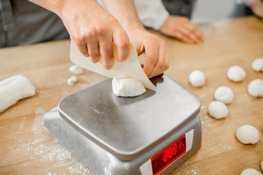 pesando la comida mientras cocina