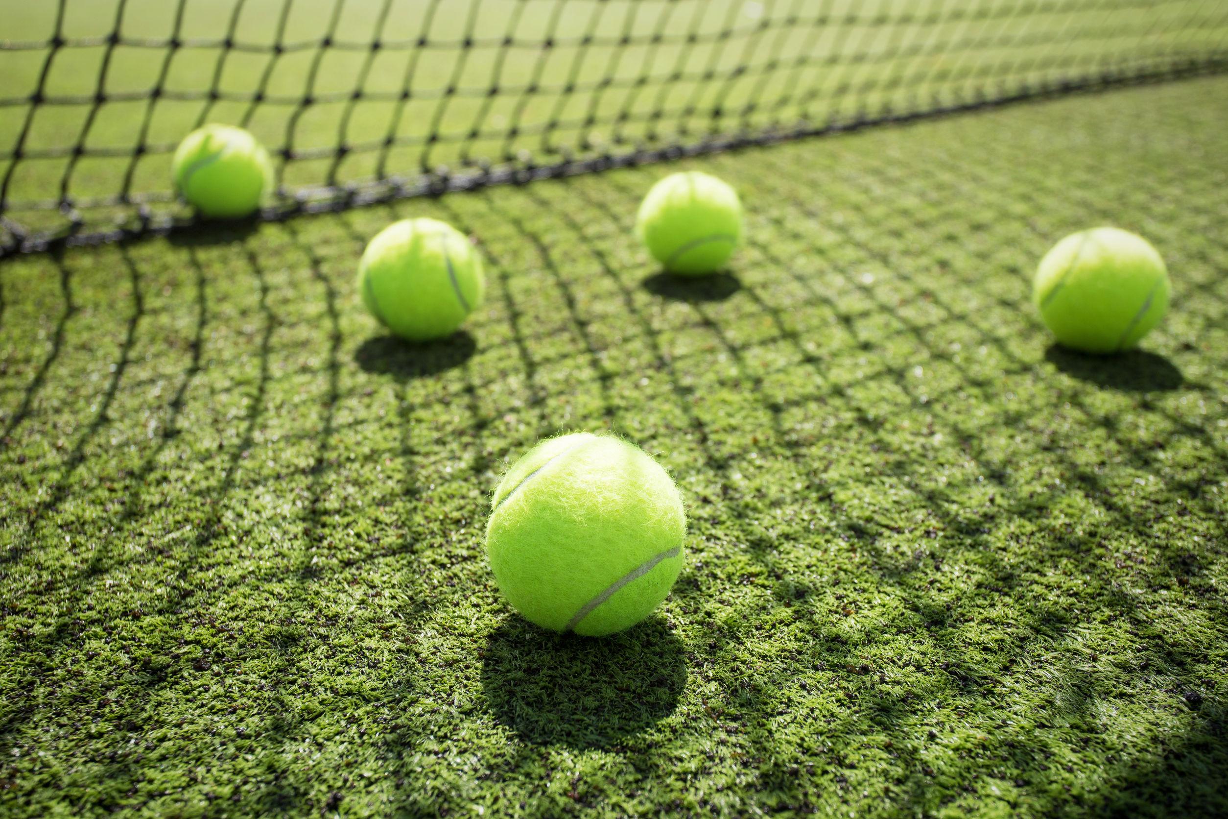Varias pelotas de tenis dispersas