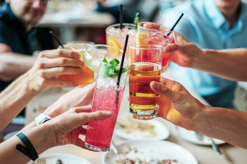 Draugų grupė skrudina gaiviaisiais gėrimais