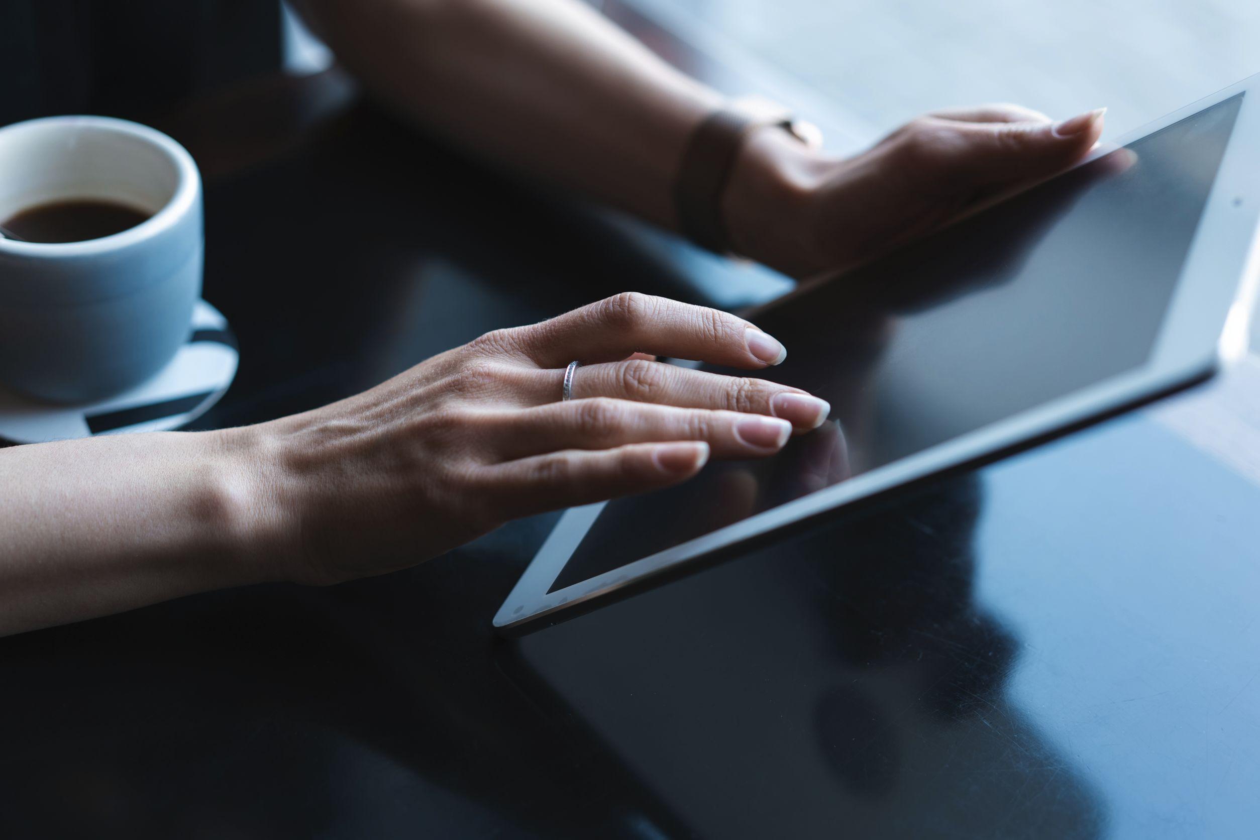 Acercamiento de una mujer usando un tablet