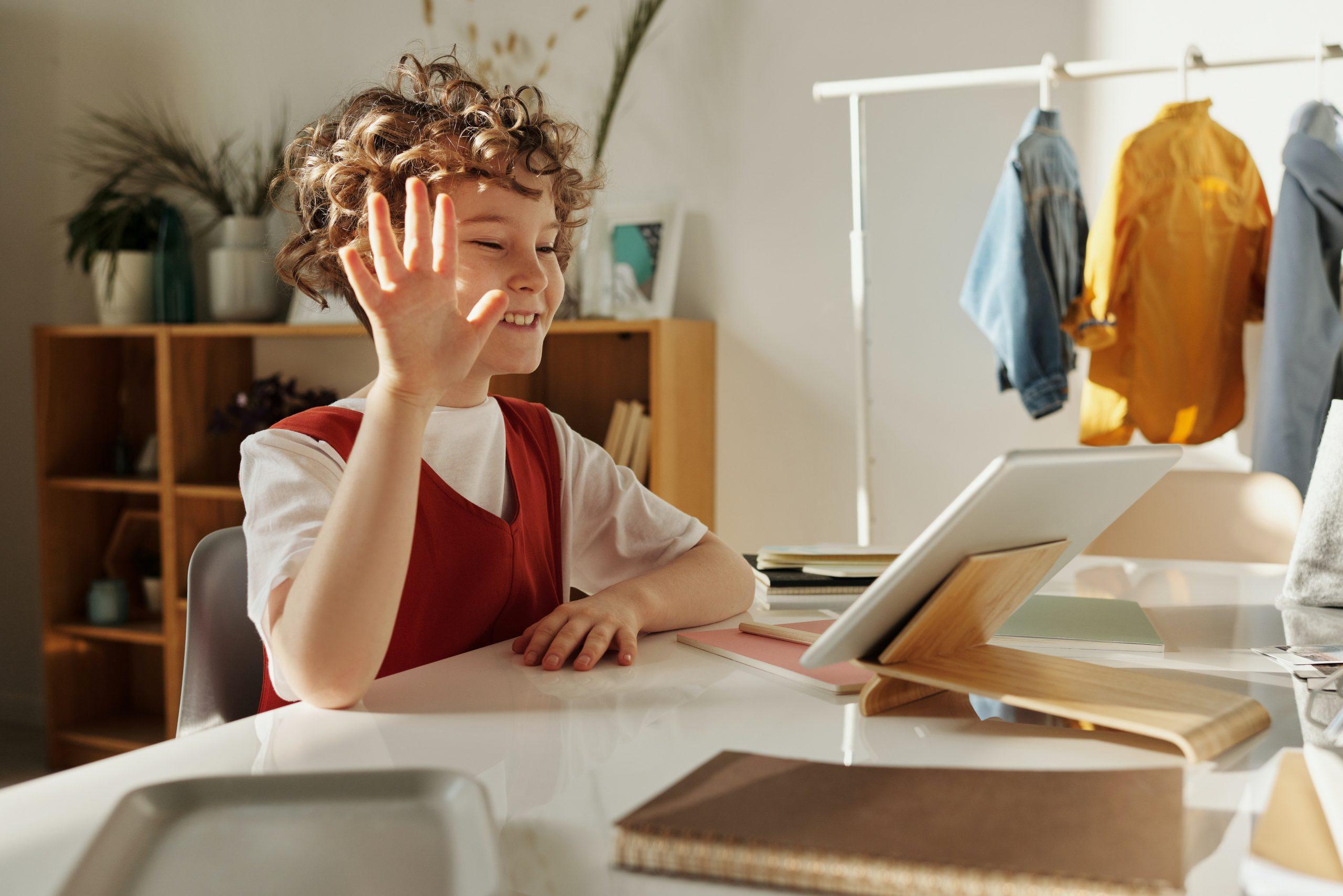 Niño estudiando con tablet en su habitación