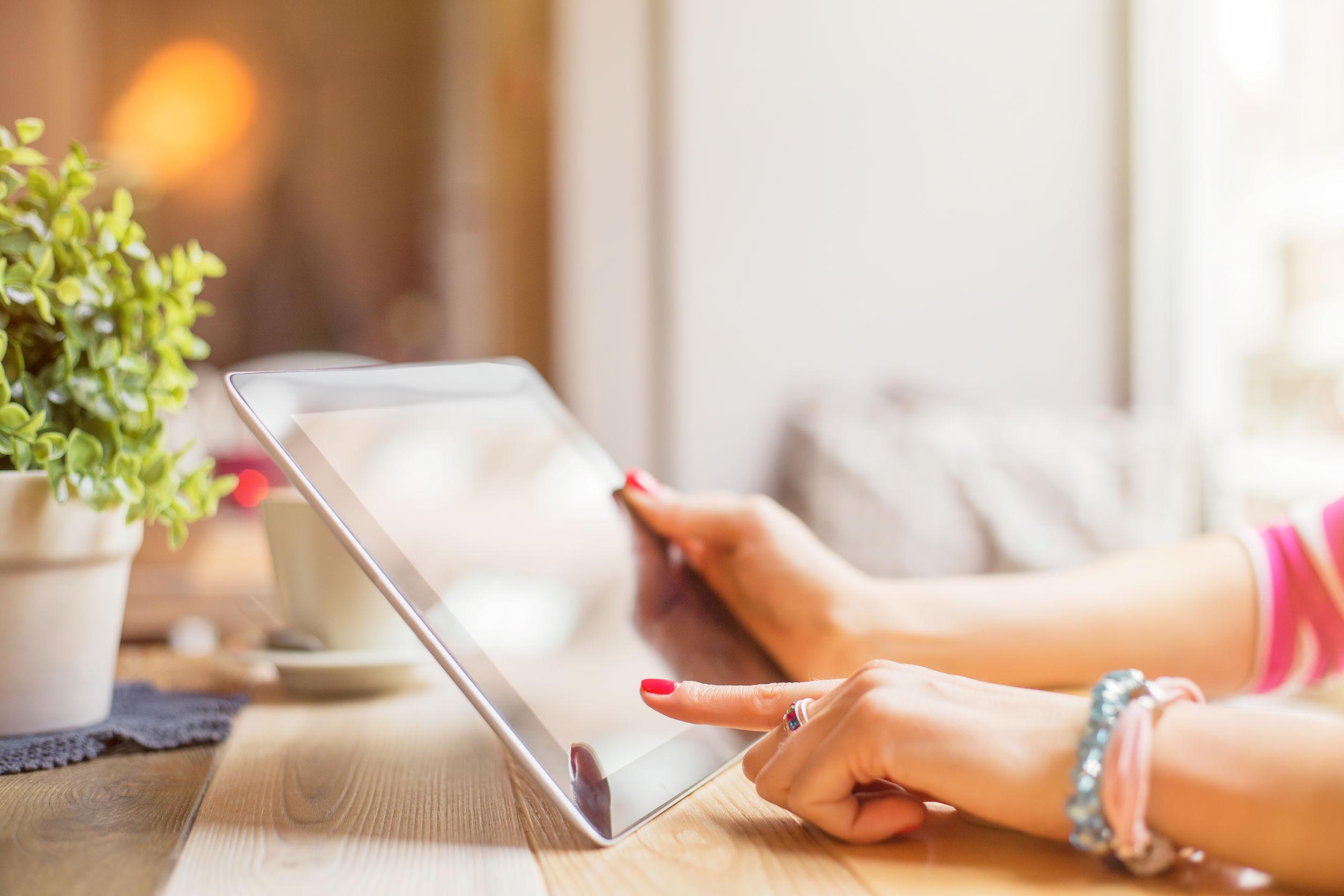 Mujer utilizando una tablet en casa