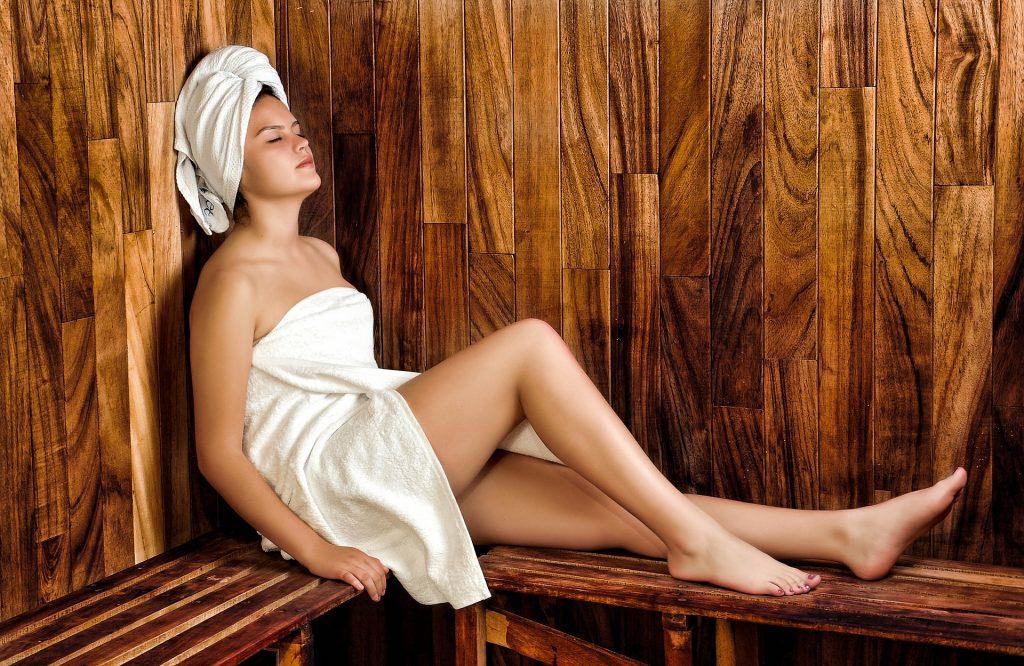 chica con toalla de spa