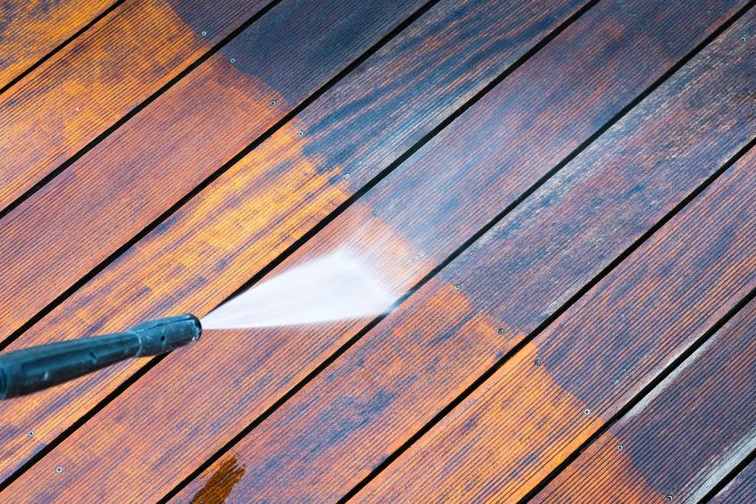 limpiando piso de madera