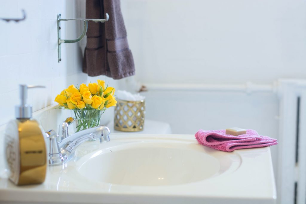 lavabo con toalla de manos