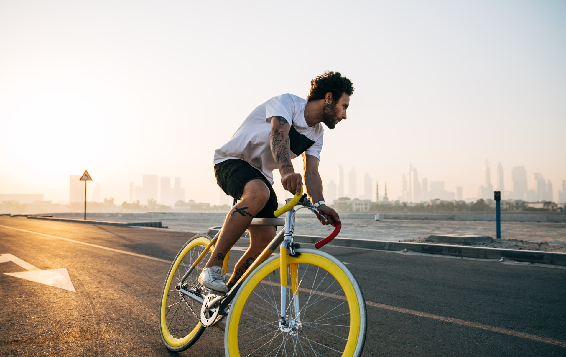 chico con bicicleta amarilla
