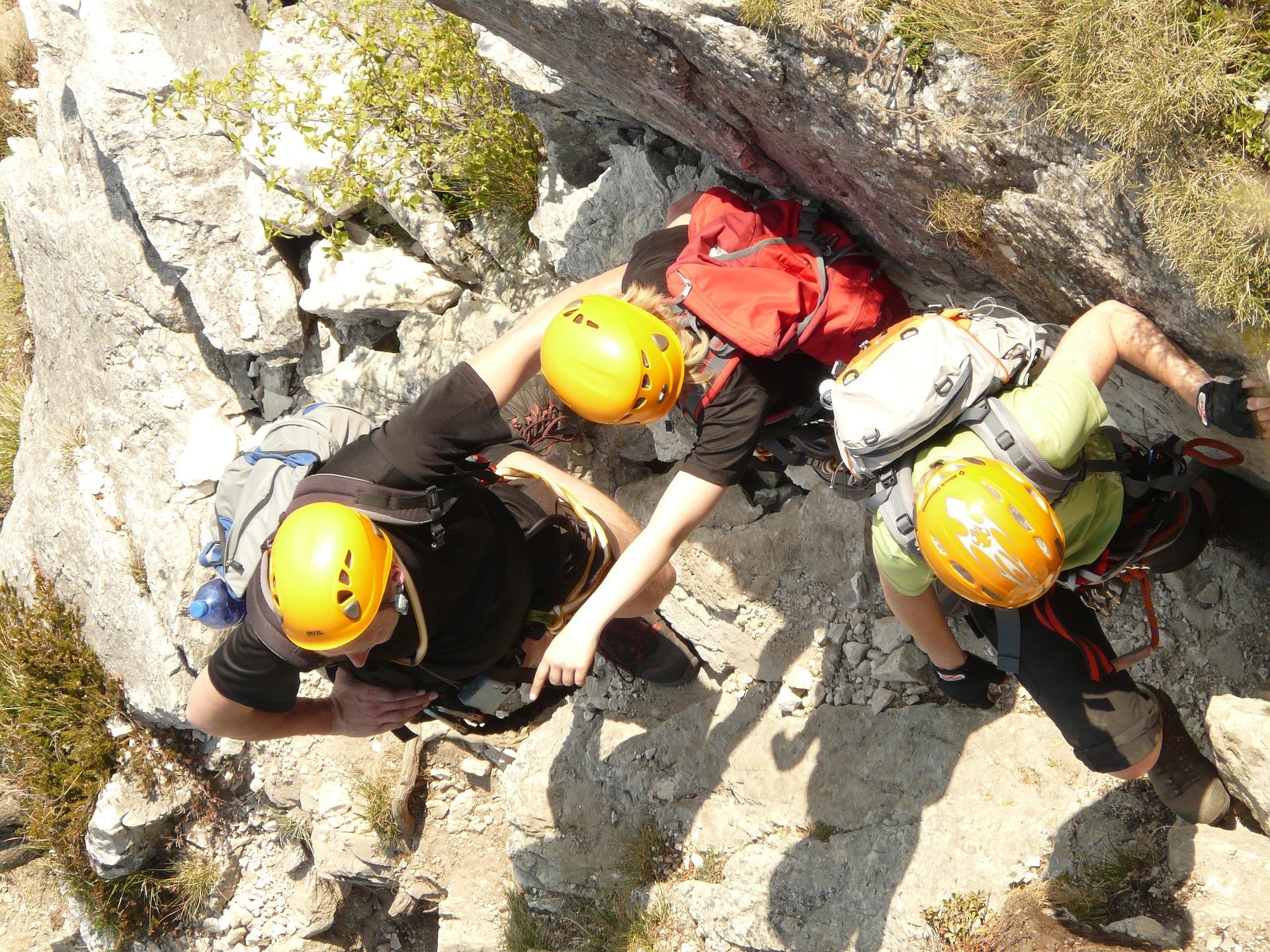 Grupo de escaladores usando de seguridad