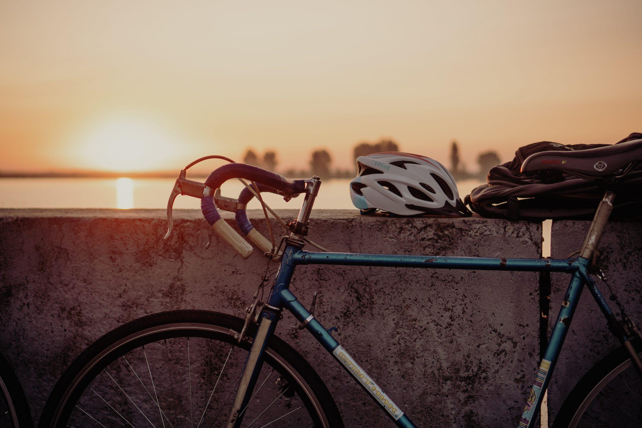 dviratis su šalmu