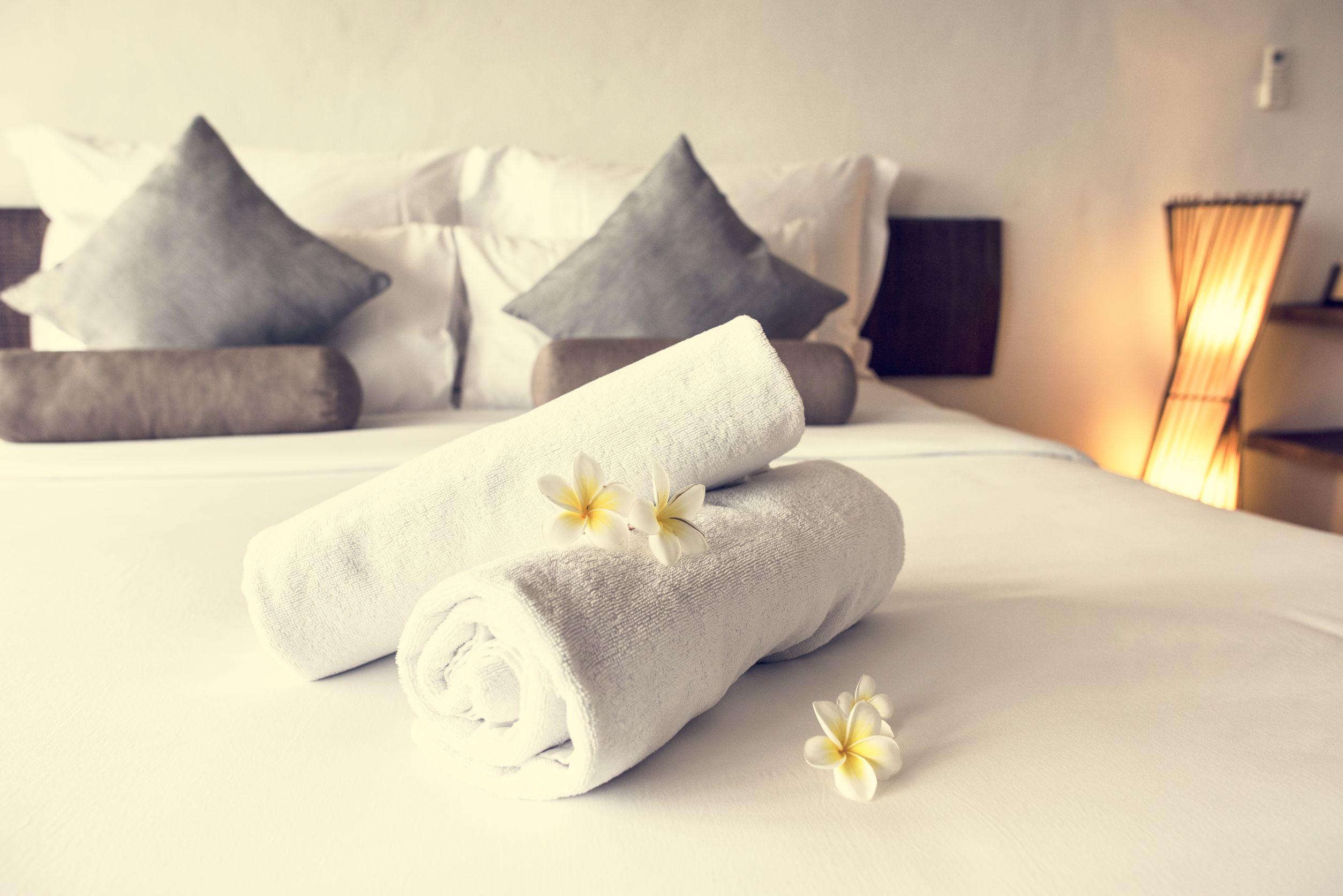 toallas sobre cama