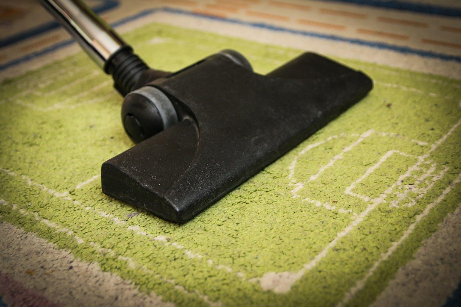 chica aspirando alfombra