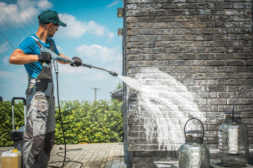 hombre limpiando pared