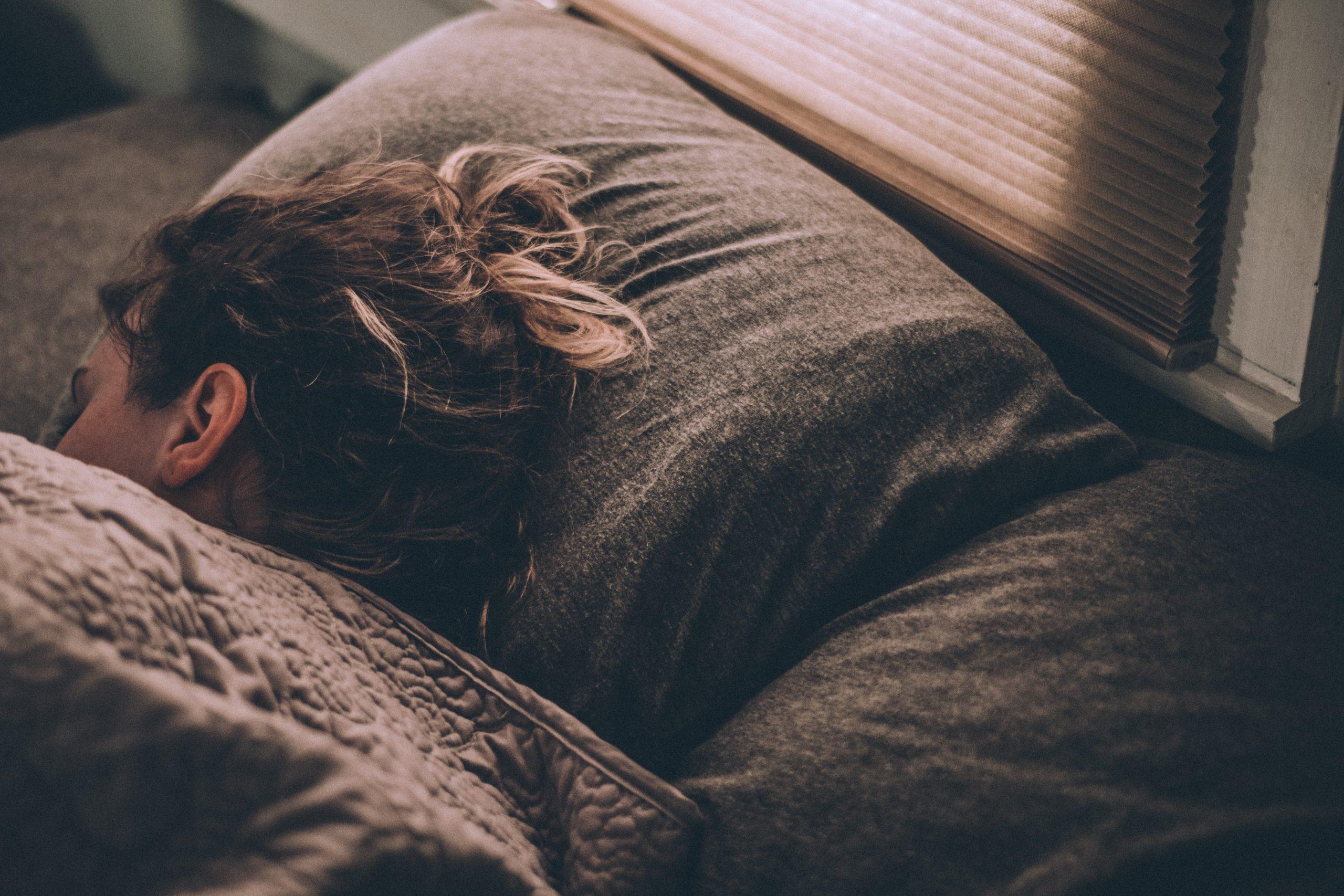 chica durmiendo con almohada
