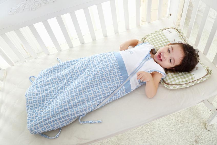 niña durmiendo en cuna