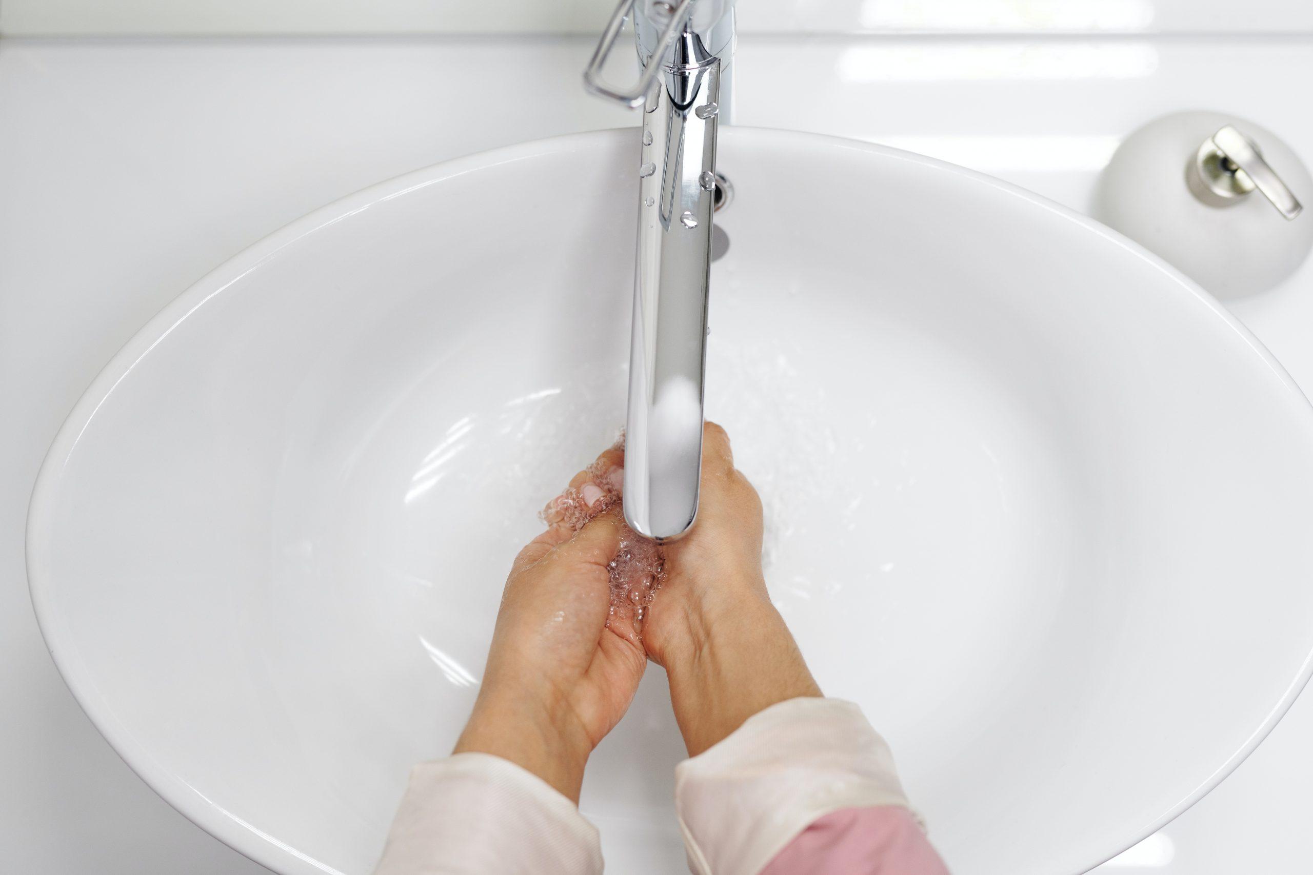 chica lavandose las manos